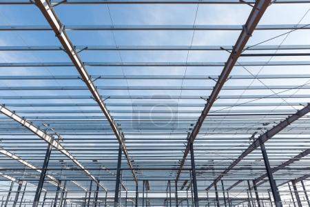 Photo pour Structure en acier, bâtiment agrandi avec un ciel bleu - image libre de droit