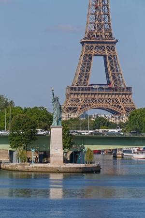 Photo pour Statue de la Liberté contre la Tour Eiffel à Paris - image libre de droit