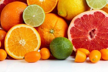 Photo pour Gros plan d'agrumes. Morceaux de citron, citron vert, mandarine, pamplemousse rose et orange. - image libre de droit