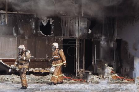 Photo pour Feu dans le centre commercial. Fumée grise, portes cassées dans le magasin . - image libre de droit
