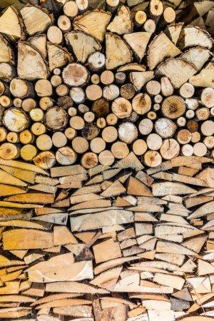 Photo pour Pile de grumes de bois prête pour l'hiver dans le jardin - image libre de droit