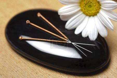 Foto de Medicina alternativa con la acupuntura - Imagen libre de derechos