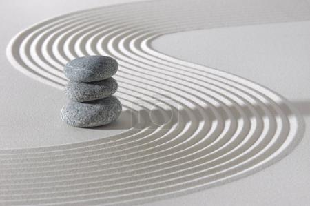 Photo pour Jardin zen japonais avec des pierres empilées en sable blanc - image libre de droit