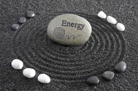 Photo pour Jardin Zen japonais avec Pierre d'énergie dans le sable texturé - image libre de droit