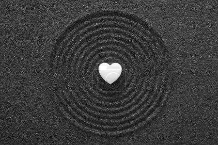 Photo pour Jardin Zen japonais avec coeur Pierre blanc dans le sable texturé - image libre de droit