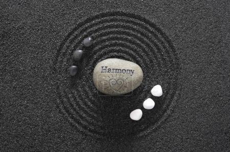 Photo pour Jardin Zen japonais avec pierres d'yin et d'yang et l'harmonie dans le sable texturé - image libre de droit