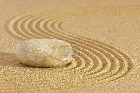 Photo pour Jardin Zen japonais avec Pierre dans le sable texturé - image libre de droit