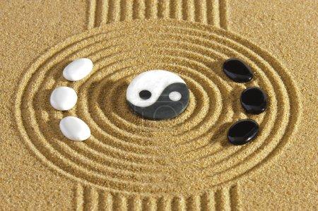 Photo pour Jardin Zen japonais avec des pierres d'yin et l'yang dans le sable texturé - image libre de droit