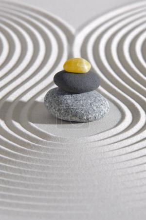 Photo pour Jardin Zen japonais avec des pierres empilées dans le sable texturé - image libre de droit