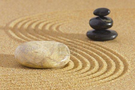 Photo pour Jardin Zen japonais de tranquillité avec la pierre de sable texturé - image libre de droit
