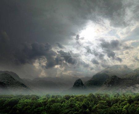 Photo pour Rayons sur le ciel au-dessus de la rivière Khwae Yai qui est en Thaïlande - image libre de droit