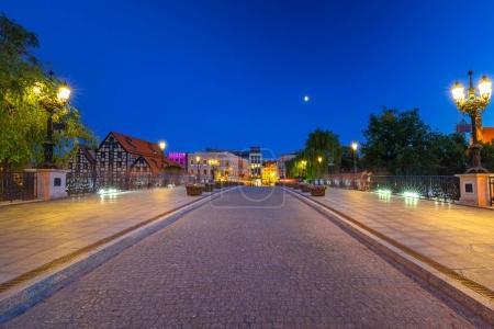 Photo pour Pont dans la ville de Bydgoszcz sur la rivière Brda la nuit, Pologne - image libre de droit