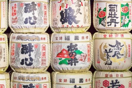Photo pour NIKKO, JAPON - 13 NOVEMBRE 2016 : Des tonneaux de saké au temple Toshogu prennent place au site du patrimoine mondial Nikko à Tochigi au Japon. Les Japonais donnent du saké aux temples et aux sanctuaires en offrande pour les Dieux . - image libre de droit
