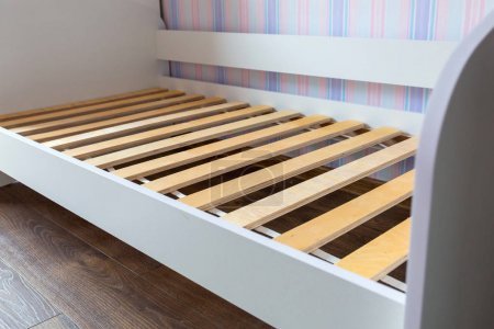 Photo pour Montage de lit en bois dans la chambre pour enfants - image libre de droit