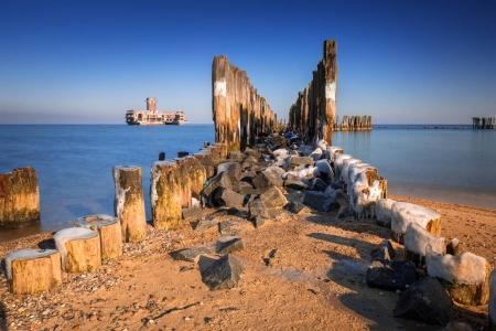gefrorene hölzerne Buhnen an der Ostsee in Polen