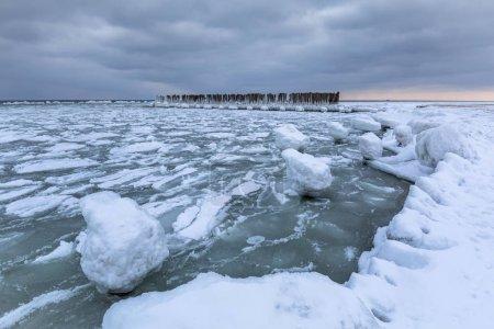 zugefrorene Ostseeküste in Gdynia, Polen