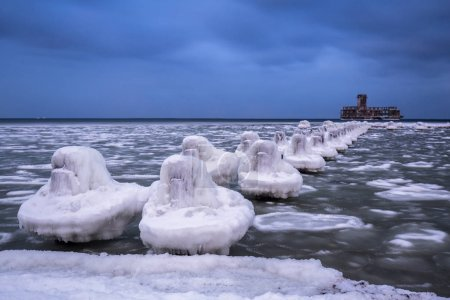 zugefrorene Ostseeküste in Gdingen in der Dämmerung, Polen