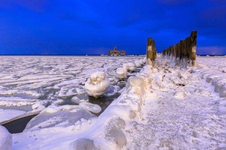 zugefrorene Ostseeküste in Gdynia bei Nacht, Polen