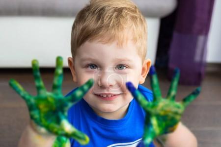 Foto de Niño pequeño con una pintura colorida en manos - Imagen libre de derechos