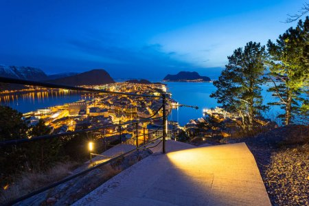 Photo pour Path with stairs from th ehill over the Alesund city at Norwegian Sea, Norway - image libre de droit