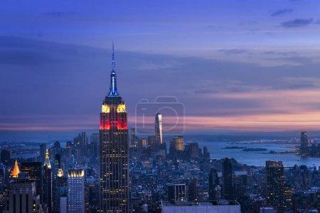 Photo pour New York City skyline avec des gratte-ciels urbains au coucher du soleil, é.-u.. - image libre de droit