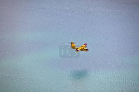 Photo pour Avion de lutte contre les incendies dans l'entraînement aérien dans le parc Krka, Croatie - image libre de droit