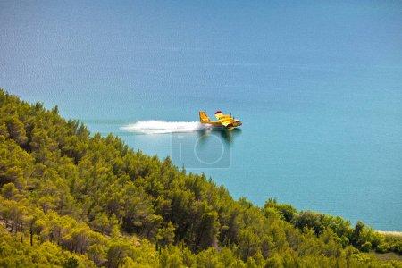 Photo pour Entraînement d'avion de lutte contre les incendies dans le parc Krka, Croatie - image libre de droit