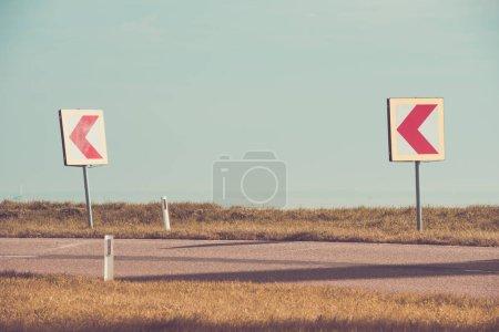 Photo pour Panneaux avertissant les conducteurs d'une courbe dangereuse - image libre de droit