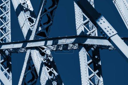 Foto de Primer plano del marco del puente moderno. Color del año 2020 clásico azul tonificado - Imagen libre de derechos