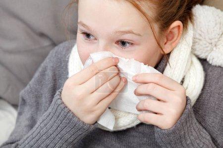 Photo pour Portrait de jeune fille moucher dans son lit, la notion de maladie - image libre de droit