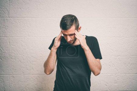 Photo pour Homme posant en studio - image libre de droit