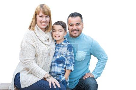 Photo pour Race mixte heureux hispanique et caucasien famille isolé sur fond blanc. - image libre de droit