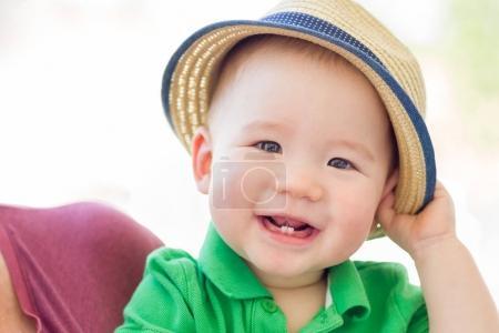 Portrait d'une Race mixte heureuse chinois et caucasienne bébé garçon nous