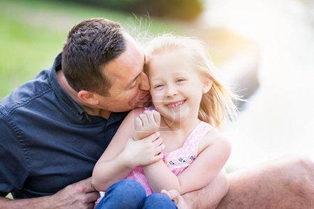 Photo pour Jeune caucasien père et fille avoir amusant à l 'parc. - image libre de droit