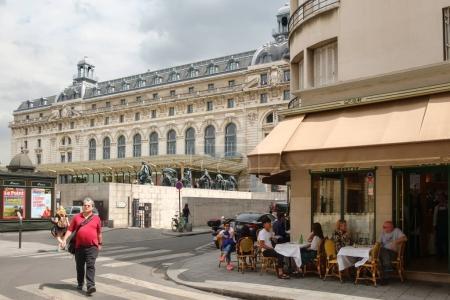 Photo pour PARIS, FRANCE - 1er AOÛT 2017 : Scène de rue dont le Musée d'Orsay à Paris, célèbre pour sa collection de chefs-d'œuvre impressionnistes - image libre de droit