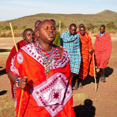 Photo pour Hommes Masaï non identifiés le 15 octobre 2012 dans le Maasai Mara, Kenya. Les Masaï sont un groupe ethnique nilotique de personnes semi-nomades situé au Kenya et dans le nord de la Tanzanie. . - image libre de droit