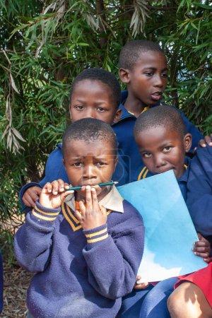 """Photo pour Enfants swazis non identifiés le 29 juillet 2008 à l """"école missionnaire Nazaréenne de Piggs Peak, Swaziland. - image libre de droit"""