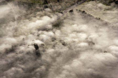 Photo pour Vue Aérienne De La Campagne Australienne Dans Le Brouillard - image libre de droit
