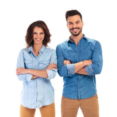 Photo pour Confiant décontracté homme et femme avec les mains croisées rire pour la caméra sur fond blanc - image libre de droit