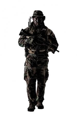 Foto de Estados Unidos, las fuerzas especiales en uniformes de camuflaje estudio tiro. Tenencia de armas, usa sombrero de selva, Shemagh bufanda, cara pintada, sus vestidos de traje diseñado para guerra de la selva. Estudio tiro aislado - Imagen libre de derechos