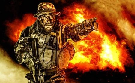 Foto de Estados Unidos comando media longitud estudio de tiro. Abrió la boca, soldado gritando, emisión formidable grito aterrador intiminate señalando el destino de dedo y dando la dirección de ataque a subordinados - Imagen libre de derechos
