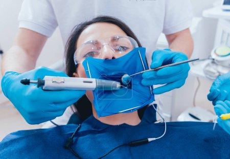 Photo pour Obturation des canaux radiculaires pendant le traitement endodontique . - image libre de droit
