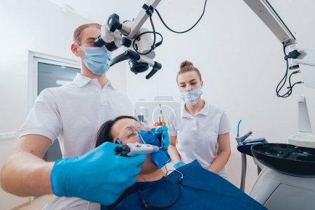 Photo pour Obturation des canaux radiculaires pendant le traitement endodontique. Technologie moderne - image libre de droit