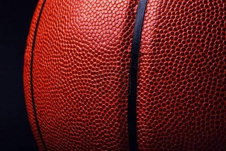 Photo pour Ballon de basket sur fond noir. - image libre de droit