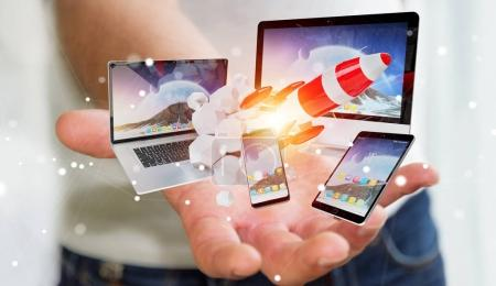 Photo pour Homme d'affaires sur fond flou reliant les dispositifs tech et mise en service rendu 3d de fusée - image libre de droit