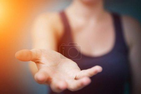 Photo pour Femme d'affaires donnant une main sur fond flou - image libre de droit