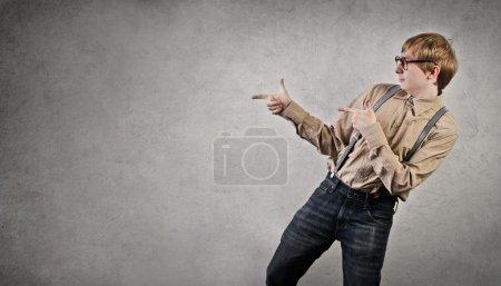 Photo pour Un homme pointe quelqu'un du doigt - image libre de droit