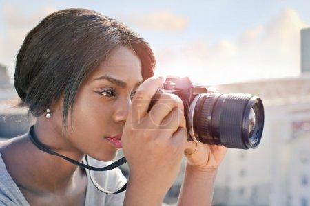 Photo pour Femme noire, prendre une photo - image libre de droit