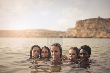 Photo pour Cinq jeune fille à la mer - image libre de droit