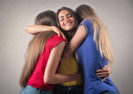 Foto de Tres mujeres abrazadas y sonrientes - Imagen libre de derechos